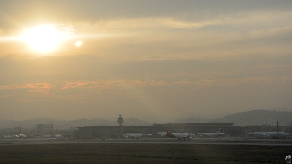 Flughafentemrinal in Sao Paulo im Gegenlicht