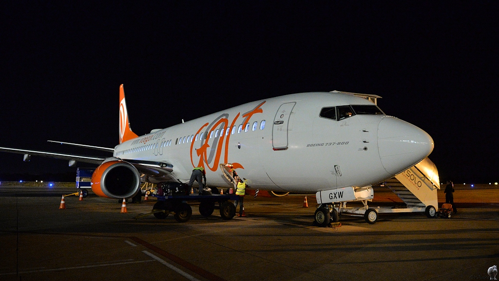 Flugzeug auf dem nächstlichen Flughafen von Cuiabá