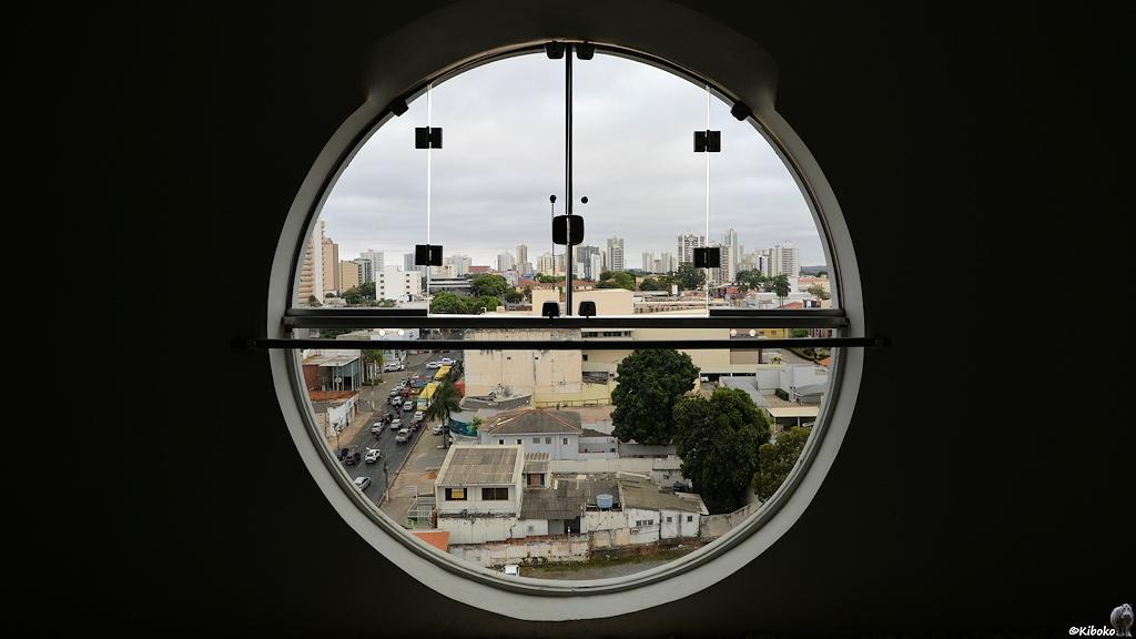 Blick aus dem runden Hotelfenster auf Cuiabá